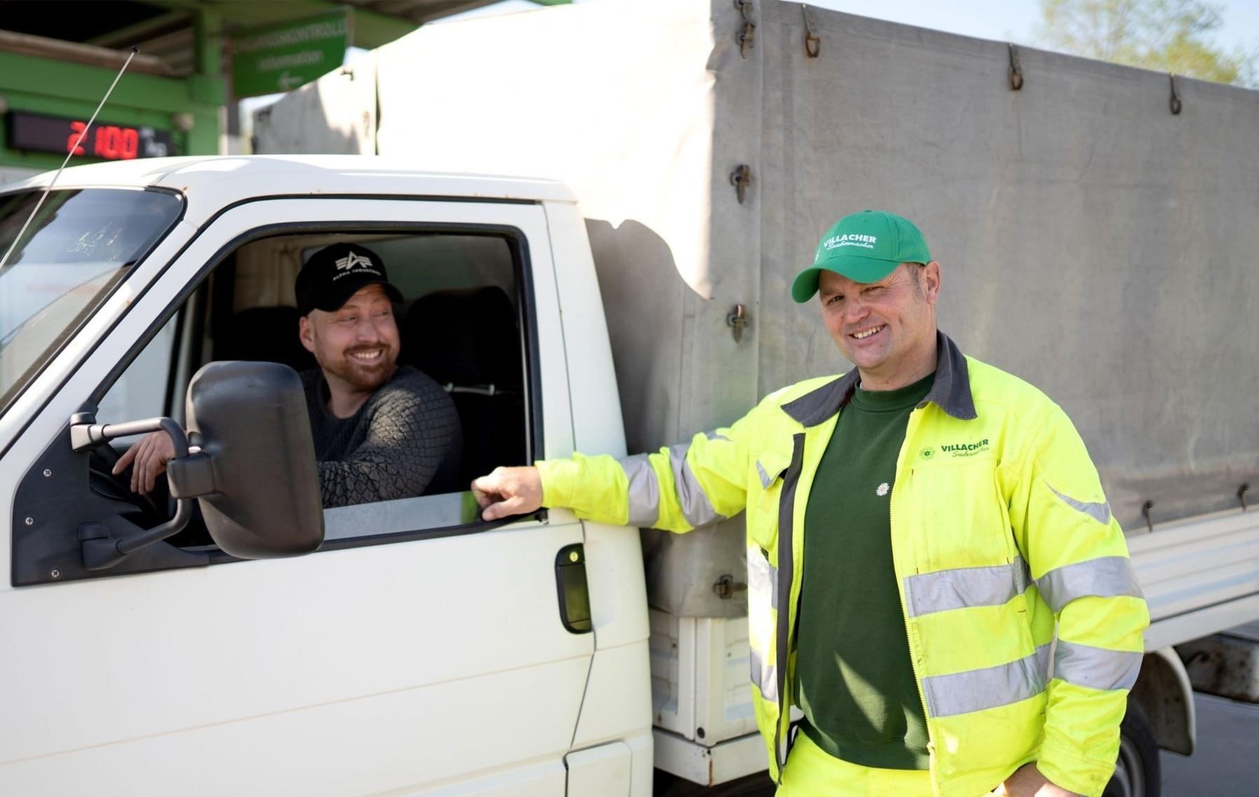 Mitarbeiter beim Villacher Saubermacher unterstützen bei der Selbstanlieferung in der Drauwinkelstraße 2